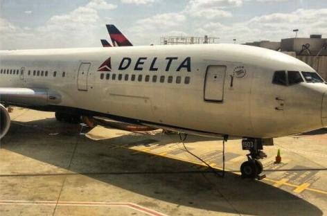 Nokia Lumia 820 hilft Flugbegleitern von Delta Airlines beim In-Flight-Shopping