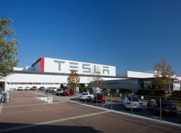 Tesla mit automatischem Ladekabel